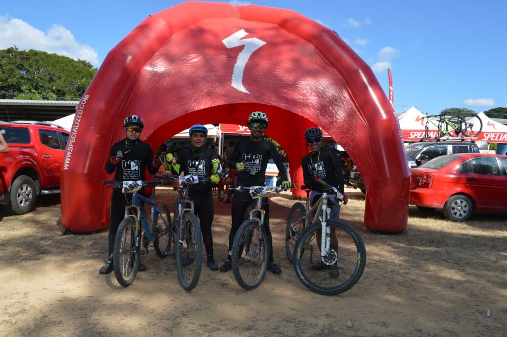 Participan estudiantes en carrera de ciclismo de montaña